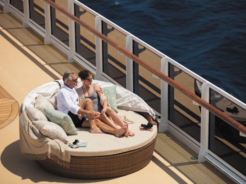 Moment de détente sur le pont piscine du bateau de croisière Seven Seas Explorer