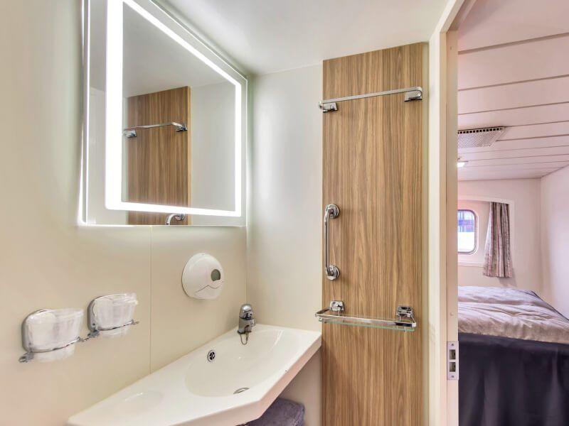 Salle de bain de la cabine extérieure du bateau de croisière MS Kong-Harald