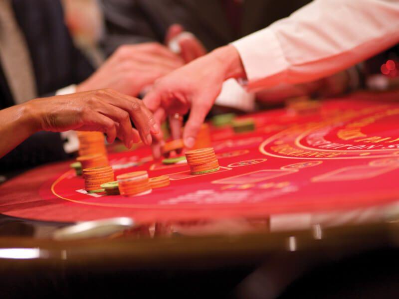 Jouer à la roulette dans le casino du bateau de croisière Queen Mary 2