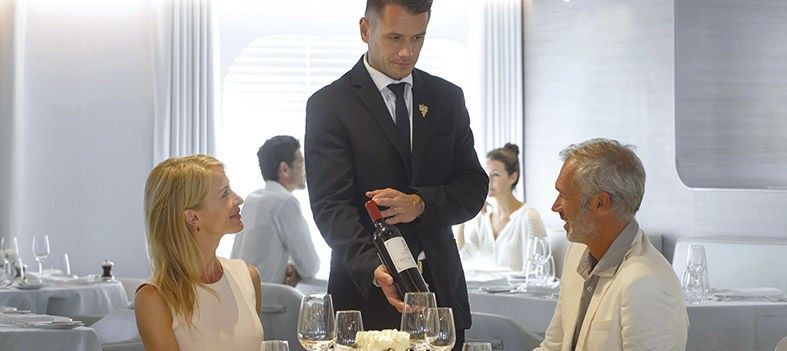 Dégustation de vin à bord du bateau de croisière Le Jacques Cartier